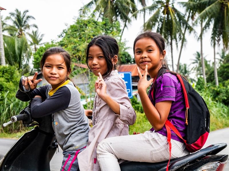 Warum nach Malaysia reisen? malaiischen Kinder sind mit dem Roller