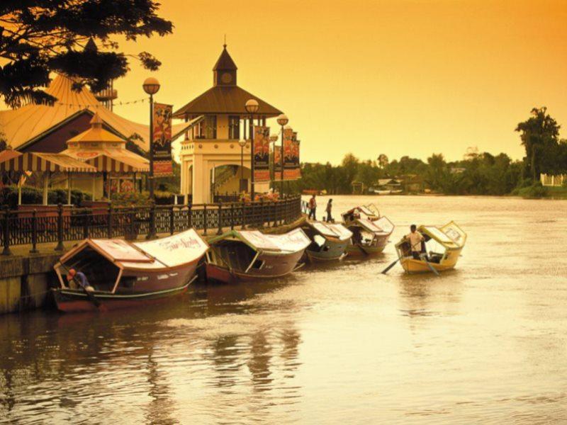 Fluss in Kuching Malaysia beim Sonnenuntergang