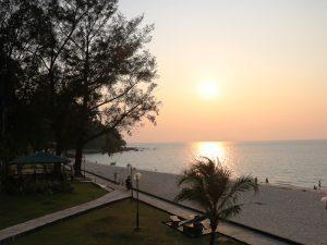 kleine Borneo Rundreise Kuching Damai Beach Sonnenuntergang