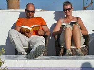 Eltern lesen ihre Urlaubslektüre während Ihrer Marokko Rundreise