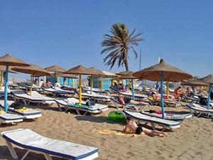 Strandliegen am Strand von Agadir bei Ihrer Marokko Rundreise