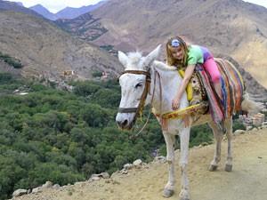 Marrakesch: Mädchen auf dem Esel
