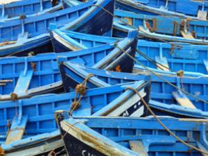 Blaue Fischerboote in Essaouira mit Kindern