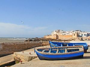 Traditionelle Fischerboote am Rand von Essaouira