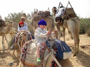 Kinder auf dem Kamel