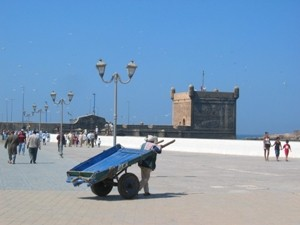 Marokko Rundreise: Promeade von Essaouira mit einer typischen Handkarre