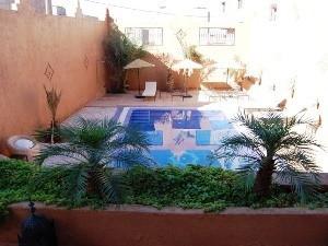 Ouarzazate: Blick von der Terrasse auf den Pool umringt von einer Mauer