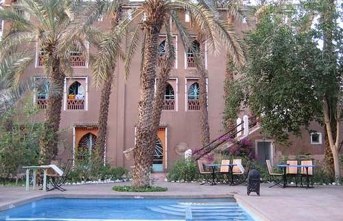 Pool mit Hotel im Hintergrund