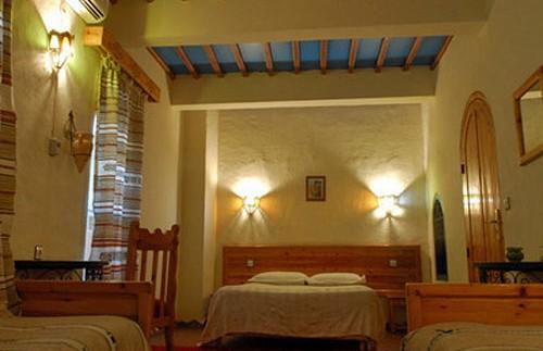 Vier Betten im Hotelzimmer