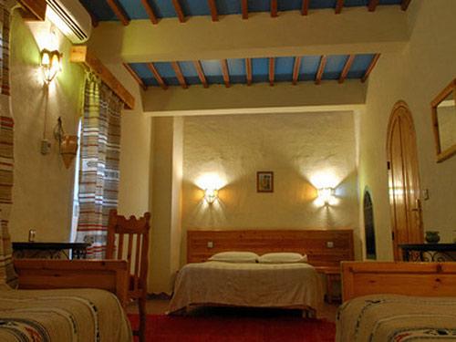 Vier Betten im Hotelzimmer im Familienhotel