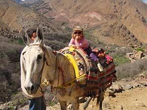 Auf dem Rücken eines Esels durch die Berge