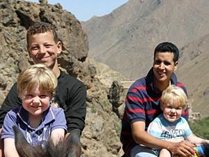 Guides mit den Kindern im Atlasgebirge bei der Rundreise durch Marokko