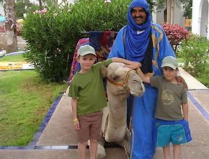 Marokko Rundreise mit Kindern: Kinder mit Beduine und dem Kamel