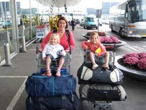 Kinder werden auf den Kofferwagen geschoben