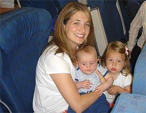 Baby und Kleinkind im Flugzeug mit der Mutter