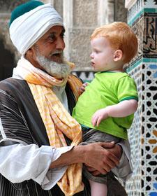 Marokkaner mit europäischem Kind auf dem Arm