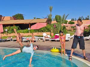 Familie tobt am Pool von Agadir