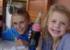 Mädchen mit einer marokkanischen Cola in der Hand