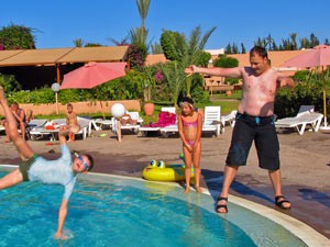 Familie sping in den Pool