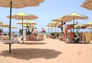 Liegen mit Sonnenschirme am Strand von Agadir