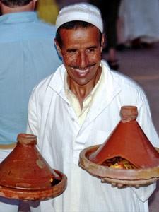 Rundreise durch Marokko: Marokkanischer Koch mit Tajines in der Hand