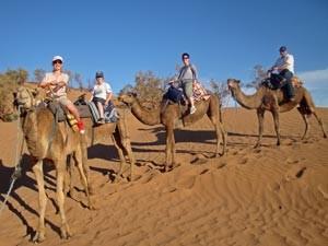 Rundreise Marokko: Familienausritt auf Kamelen durch die Wüste