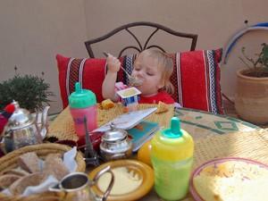 Kleinkind isst einen Joghurt