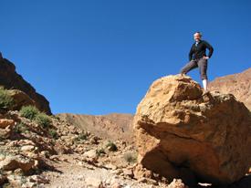 Eine Frau steht auf dem Felsen