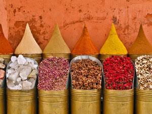 Marokko Rundreise: Gewürzpyramiden in Marrakesch