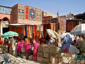 Rundreise Marokko: Bunte Stände in den Souks von Marrakesch