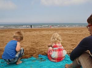 Essaouira mit Kindern: Vater mit Kindern am Strand