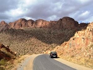 Auto auf einer Bergstraße mit Blick auf die Felsen