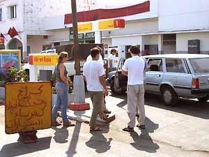 Tankstelle mit Marokkanern an der Zapfsäule