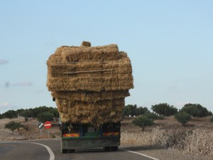 Überladener LKW mit Strohballen
