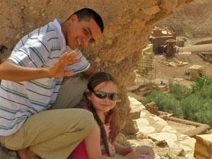 Marokkaner mit Kind und Ausblick auf das Dorf im Tal