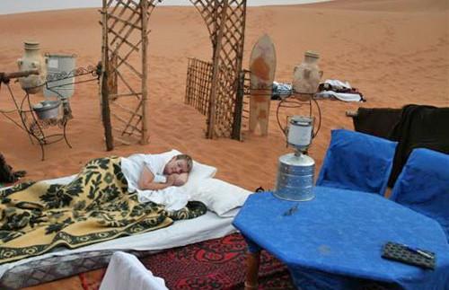 Bett vor der Sitzecke im Freien