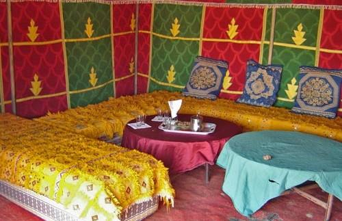 Sitzecke im Restaurantzelt des Camps