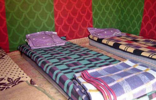 Matratzen auf dem Boden im Zelt