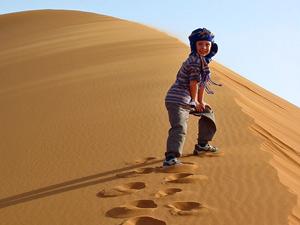 Junge mit Turban auf der Wüstendüne