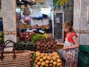 Mädchen auf marokkanischem Markt