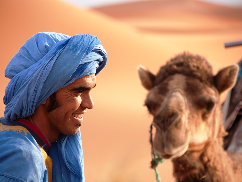 Mann in der Merzouga Wüste Marokkos