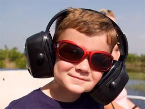 Florida Highlights: Junge mit Ohrenschützern bei der Bootstour in den Everglades