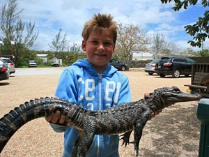 Sunshine State: Junge mit kleinem Alligator
