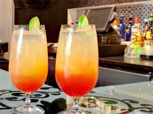 Zwei bunte Cocktails in Miami