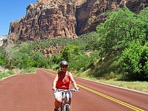 Frau fährt Fahrrad im Zion Nationalpark