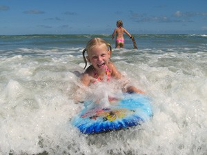 Florida Highlights: Familie beim Boogieboarden im Wasser