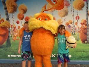 Ein Kind steht mit einer Filmfigur in den Universalstudios