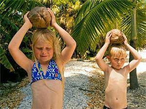 Kinder mit Kokosnüssenauf Islamorada