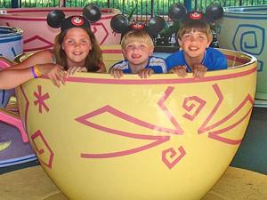 Kinder im Karoussel in Disney World