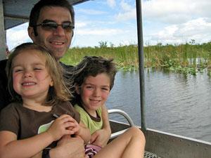 Familie sitzt lachend im Boot in den Everglades